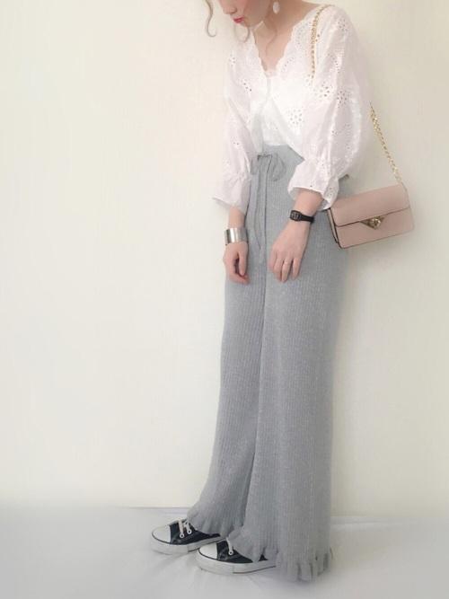 可愛らしい白のレースのトップスに淡いグレーのワイドパンツを合わせたスタイルです。淡いピンク色のショルダーバッグをアクセントにしたキュートな着こなしです♡