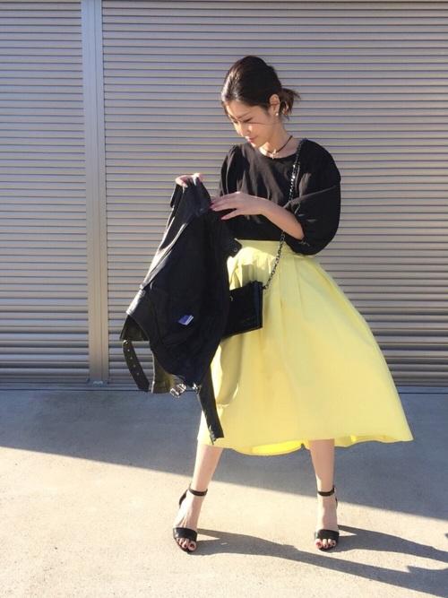 イエロースカートは、合わせるトップスによってぐっと引き締まったり、さわやかな印象になったり。黒アイテムと合わせれば、鮮やかなイエロースカートもぐっと引き締まりますね!でも鮮やかさは残っています!