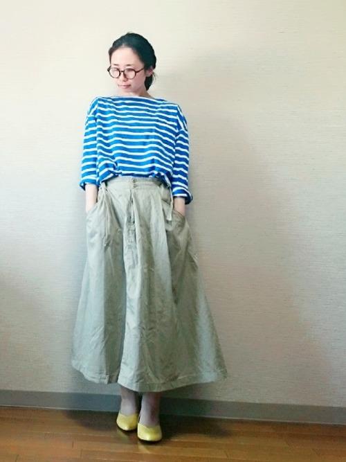 ブルーベースのボーダーカットソーにチノスカートを合わせれば、ナチュラル感たっぷりのリラックスコーデになります。