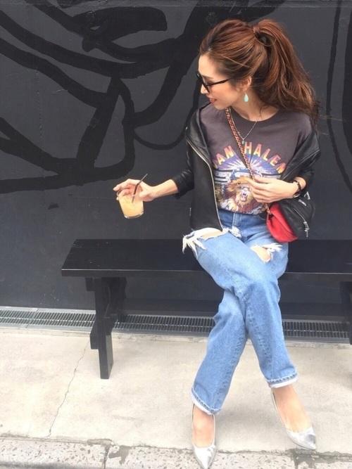 デニムパンツとライダースジャケットでかっこいいカジュアルスタイルにまとめたコーデには、シルバーのパンプスを。一気に大人っぽさと女性らしさが出ますね!