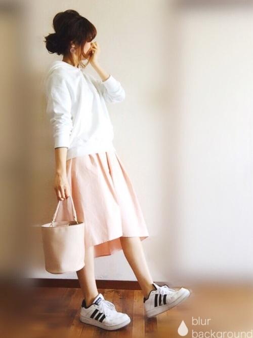 上下GUのコーディネートはホワイトフードパーカーとピンクのステップドヘムフレアスカートのコンビが爽やかで可愛い。ピンクのスカートとホワイトのトップスにスニーカーでカジュアルダウンして甘さを少し抑えたオトナガーリースタイルです。