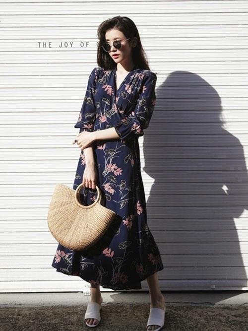 ネイビーの花柄ロングワンピースをさらっと1枚着ただけのコーディネートですが、落ち着いたカラーとデザインのワンピースなのでとってもきれいにまとまっていますね!