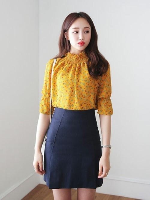 首元がきゅっと締まったデザインのブラウスなら、イエローの花柄でも大人っぽく見えますね☆さらに、ネイビーのタイトスカートにinすればウエストラインもすっきりと見えます!