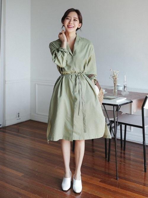 淡いグリーンのスリット入りリネンシャツをワンピとしてコーディネート♪ロングシャツはこれ1枚で決まる優秀アイテムですよね♪