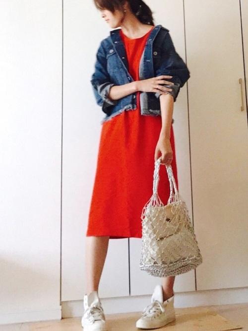 GUの赤いフレンチロングTシャツをワンピースのように着こなして。デニムジャケットと白のスニーカーを合わせてトリコロールに。