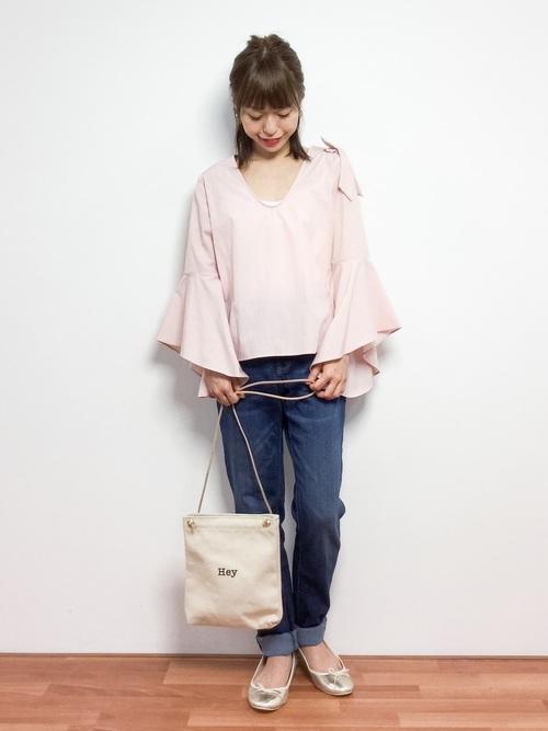 大きめのフレアスリーブのトップスをデニムに合わせたカジュアルな着こなしです。淡いピンクはコーディネート次第で、可愛くも大人っぽくもなる色合いですね!