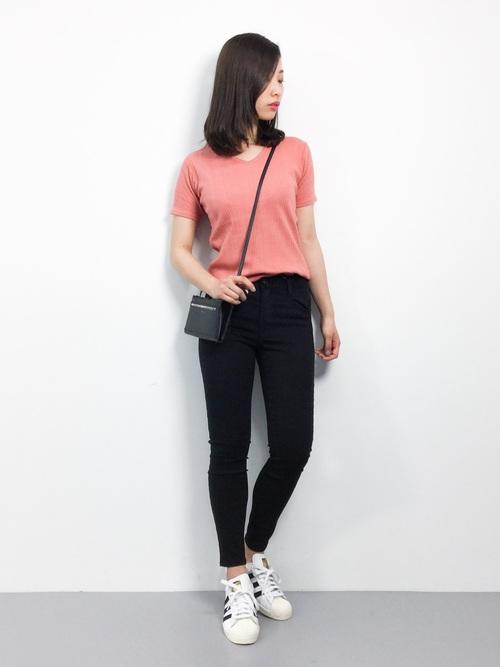 オレンジがかったピンクのTシャツに、黒のスキニーパンツを合わせたシンプルなコーディネート♪普段使いのコーディネートもトップスにピンクを持ってくることで、女性らしさがUPしていますね!