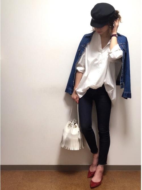 メンズライクなゆるっとした白シャツと細身デニムのコーデ。どちらもユニクロです。シャツを前だけインにすることで、今年らしい着こなしにしています。キャスケットを合わせてフレンチマリンスタイルに。