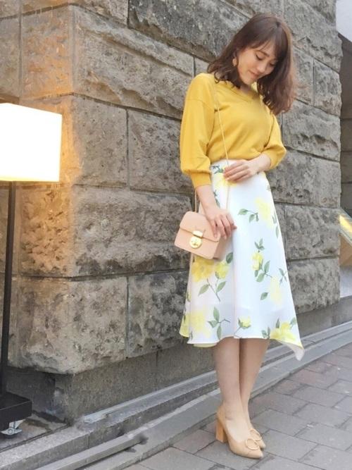 大定番の黄色のトップスに花柄のスカートを合わせて、春らしく涼しげにまとまります◎都会らしく上品だけど、柔らかい穏やかな印象も合わせてくれる、大人女性のコーディネートですね。