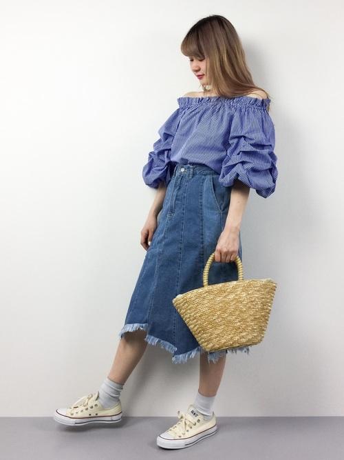 一見難しそうな袖コントップスやカットオフデニムのスカートも、全体の色を統一することでスッキリまとまります♪