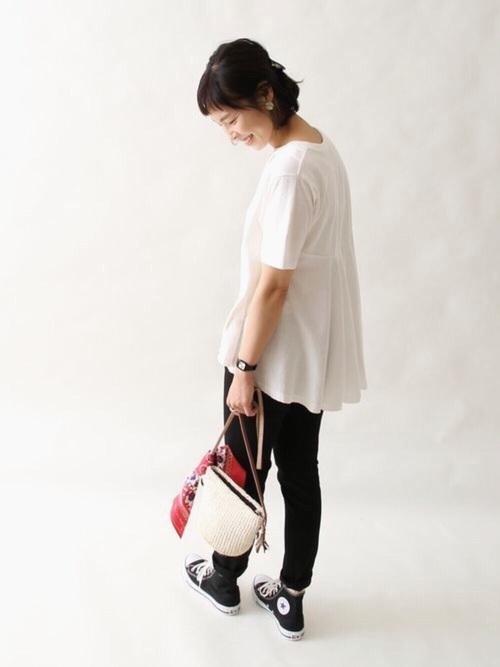 後ろのフレアがポイントの白のTシャツはcoenのもの。デザイン性があるトップスには、同じくcoenの黒の細身パンツを合わせてシンプルに。かごバッグに巻いたバンダナが、コーデのアクセントになっています。