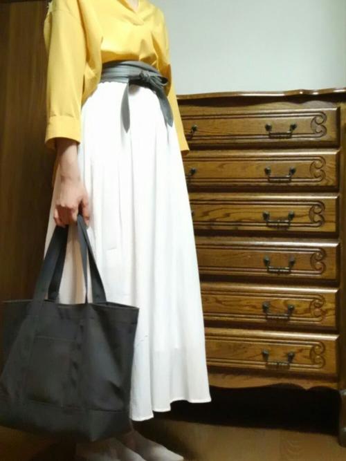 ノーブランドのスカートをウエストマークして、トレンド感を取り入れたコーディネート。トップスのカラーも今期トレンドのペールイエローを合わせたお洒落な着こなしです。