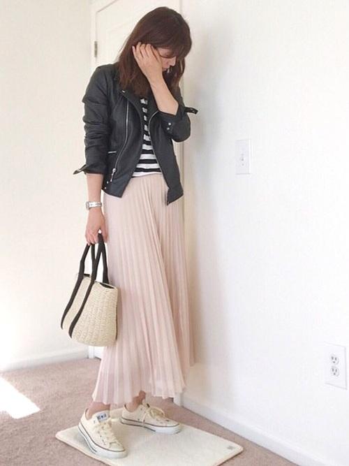 広がり過ぎないので、大人っぽく着こなす事が出来るユニクロのプリーツスカート。歩くたびに小さく揺れるプリーツが女性らしい雰囲気に♡