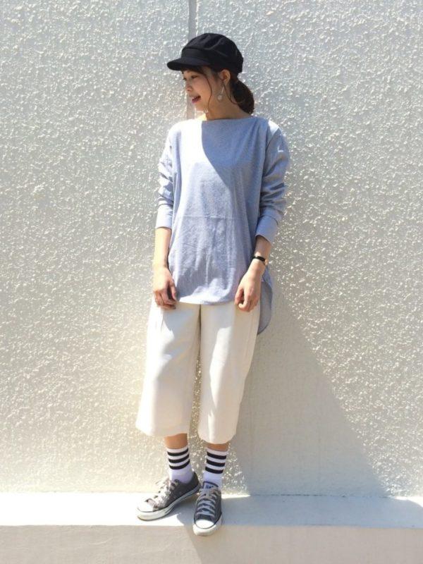 クロップド丈のパンツは、トップスの袖丈とのバランスが重要です。オーバーサイズのシャツと合わせるのならば、7分丈のシャツなどと合わせるとバランスよく着こなせます。クロップド丈のパンツはカジュアルスタイルがおすすめです。