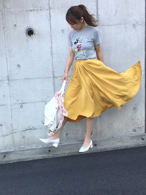 イエロー系のフレアスカートは、今期の流行カラーということもあって、しまむらでも大人気になっています♪マスタードカラーは、日本人の肌との相性がいいので、コーディネートしやすいカラーになりますよ♡