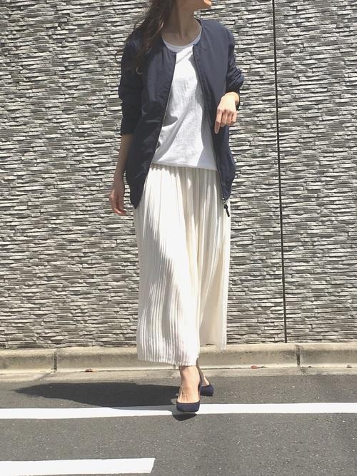 USEDスカートを夏ブルゾンとTシャツに合わせただけで、カジュアルコーデが女性らしいコーデに変身♡モノトーンコーデなら一層大人めの上品な着こなしになりますね♪