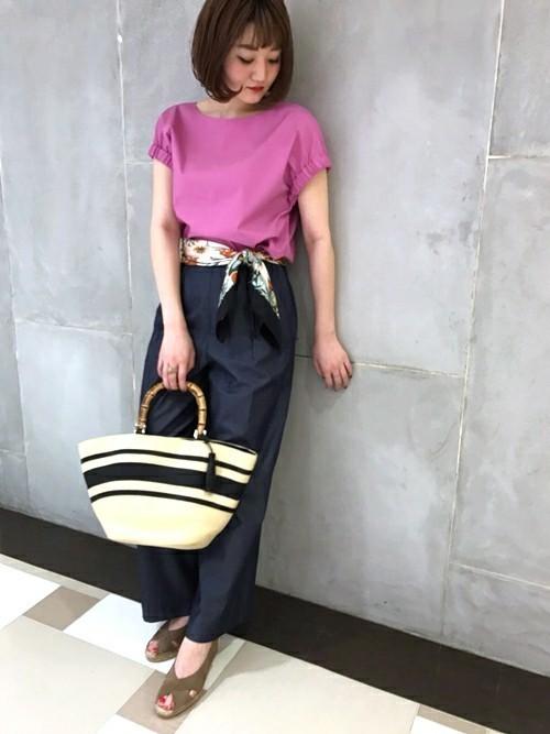 紫がかったピンクのトップスをネイビーのパンツに合わせて大人っぽくまとめたスタイルです♪ウエストのスカーフもトレンド感をUPさせています。