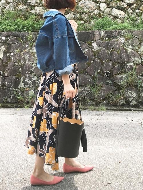 コーディネートの全体のバランスは◎!!!大きい花柄のスカートにゆったりとデニムジャケットを合わせ、トップスはシンプルなものが◎。足元や小物使いに遊び心が見えて、お出かけの気分も高めてくれそうですね♪
