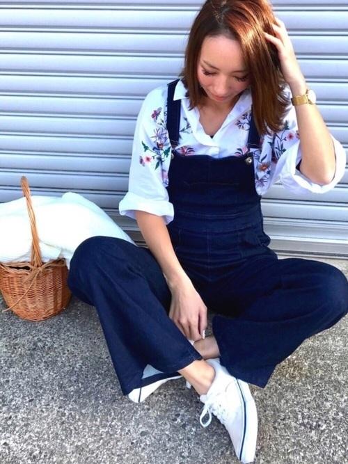 きれいなネイビーのサロペットに刺繍シャツをイン。シャツはラフに着るのが大人っぽく着こなすコツ。