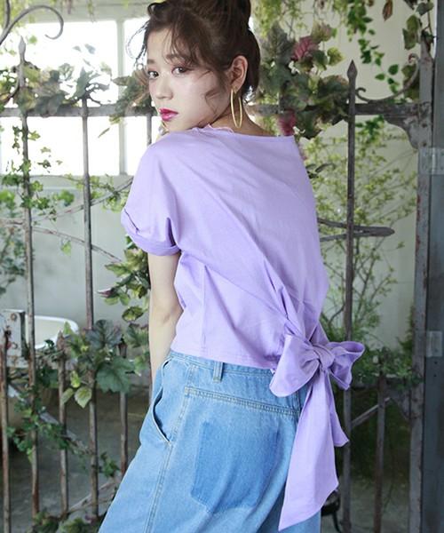 [one after another NICE CLAUP] うしろリボンTシャツ  3,564円  バッグの大きなリボンが可愛いTシャツ。ラフなカットソー生地で、大胆なデザインがとっても素敵な1枚。合わせるボトムスで雰囲気が変わります。前と後ろでギャップを付けたコーデを楽しみたいときに。