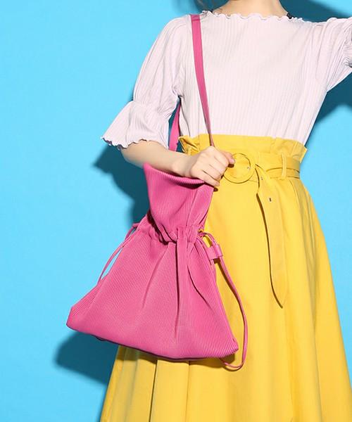 [one after another NICE CLAUP] プリーツ巾着トート  5,292円  キュートな巾着型バッグ。トレンドの巾着型バッグがビッグサイズになって主役に!!アクセントになる色合いも素敵ですね。程よいカジュアルさが素敵です。