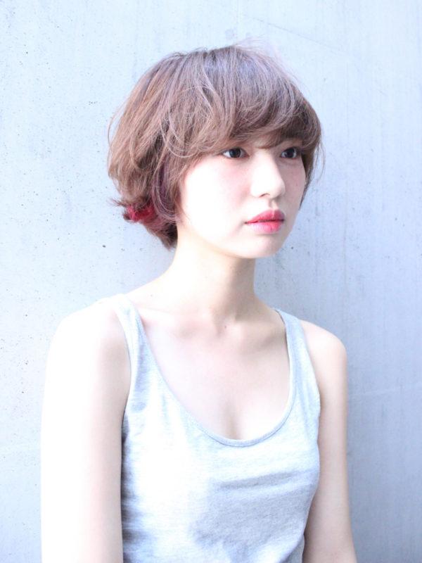 明るいベージュ系のカラーが爽やかなマッシュヘアに、ちらりと見える鮮やかな赤が印象的ですね!カッコイイです♪