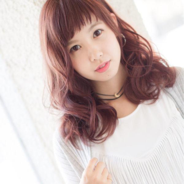 パーマをかけることで、硬い髪を柔かく見せる効果アリ。カラーはピンク系でフェミニンな印象を受けます。こちらも流行のオン眉。