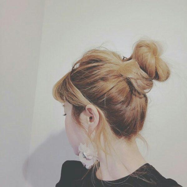 ポニーテールをくるくると丸めただけの簡単アレンジも、グラデーションだと後れ毛やおだんご部分がとってもキレイに♡ゆるくまとめるのもポイントのひとつかも♪