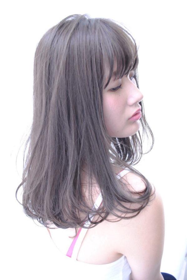 グレージュは今年トレンドのヘアカラー。女性らしいふんわりとした色は誰にでも似合うカラーです。