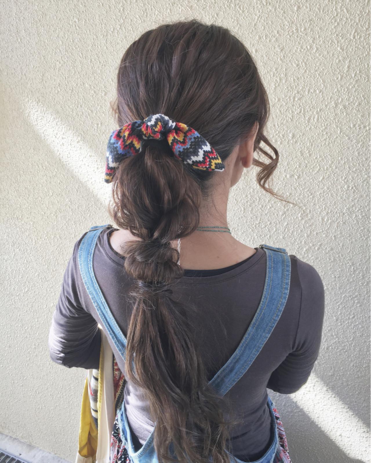 背中までの長いポニーテールを、先ずはスカーフ留めされてます。さらに、ゆるく編んだアレンジが、個性的ですね!