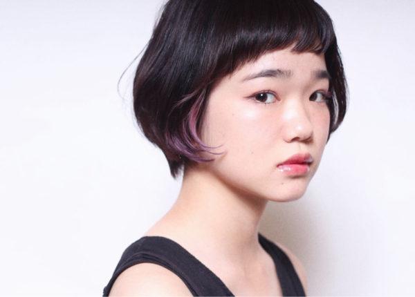 シンプルでピュアな黒髪ショートボブのインナーにピンクパープルのカラーが少しだけ見えるのが可愛いですね♡