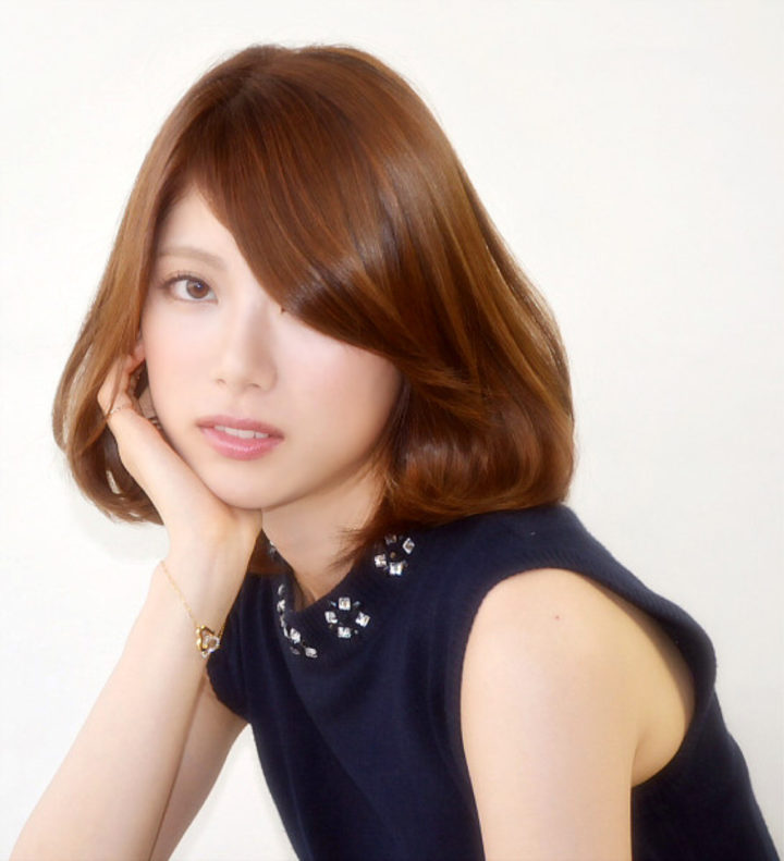ツヤツヤなカラーが、とっても綺麗ですね!前髪を、横に流した感じも、美しい女性らしさが出ています!