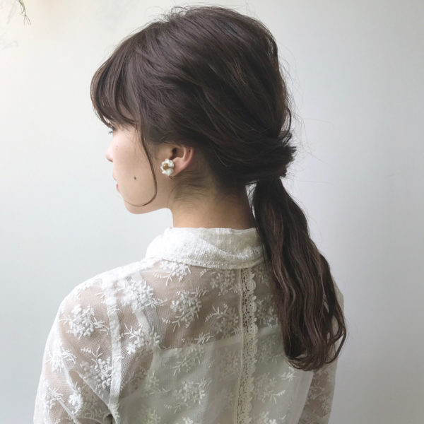 アッシュカラーの髪を無造作に少しだけくずしたでけ。少し凝ったように見えて簡単なヘアアレンジは、チャレンジしやすいですね。