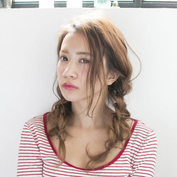くせ毛風三つ編みで透明感のあるスタイルにアップデート!サイドに垂らした髪やふんわりセットしたヘアスタイルで、まとまり感のあるヘアスタイル。
