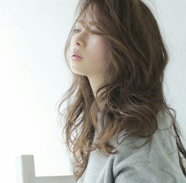 ロングヘアの定番、かきあげバング!大きめカールがより一層美しくみえます!さりげなくかきあげた前髪で色気も倍増!