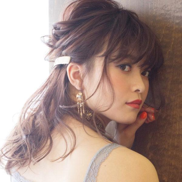 ハーフアップできれいめスタイルに。ゴールド系のヘアアクセは結婚式のヘアアレンジに最適☆