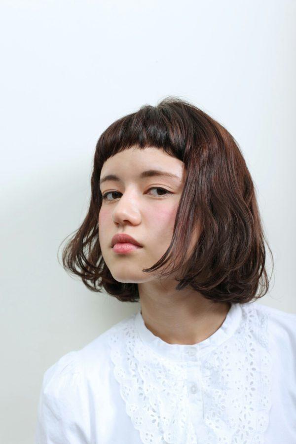 超短い眉上バングが清くて可愛いヘアスタイル♪毛先をふんわりカールしてとことんガーリーでピュアなボブヘアに!