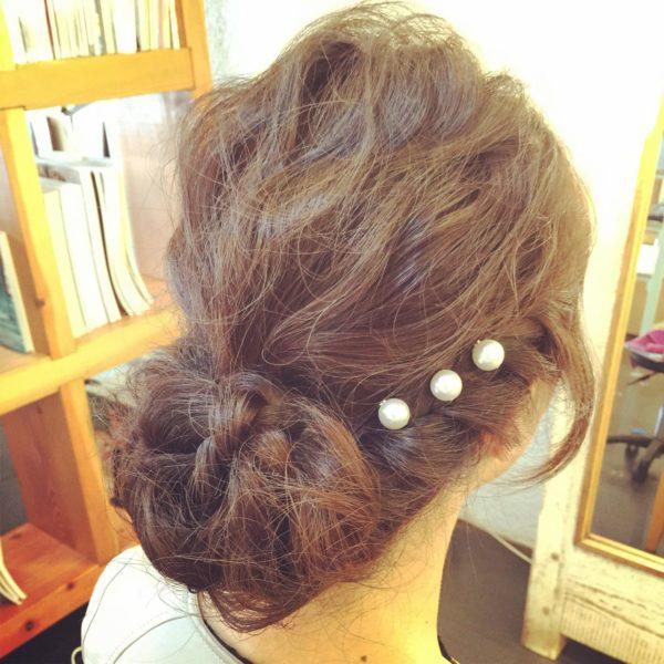 結婚式などのお呼ばれヘアにも最適なフェミニンなヘアスタイル。きっちりまとめるのではなく、ゆるふわに仕上げるのが旬なんです♪