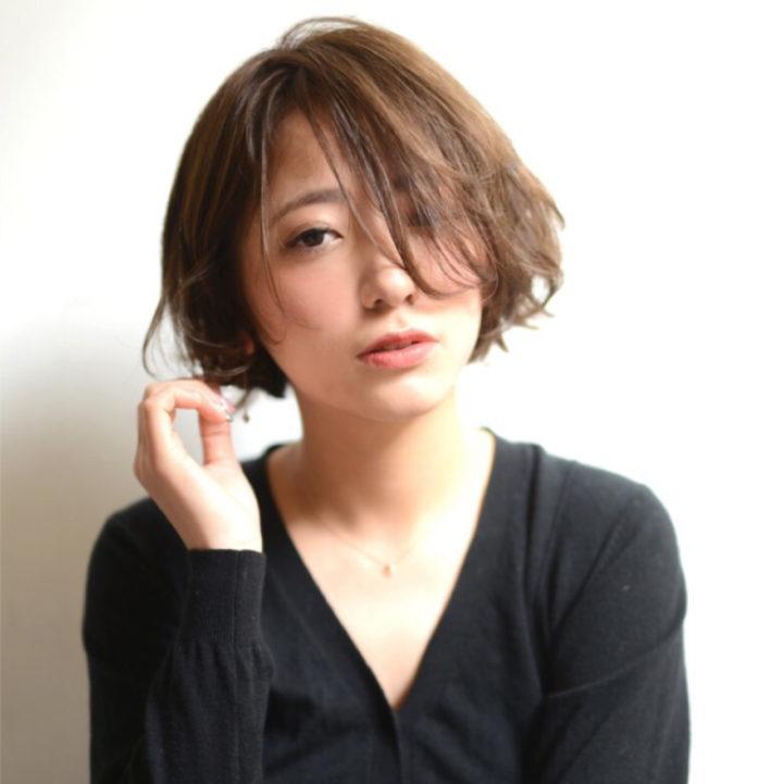チークバングの間からのぞいた目元が印象的。雰囲気のある前髪で大人の女らしさを演出。