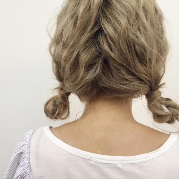 ツインテールにした毛先をまとめておだんご風に。ミディアムなど髪が短めで、毛量の少ない人におすすめのヘアスタイルです。