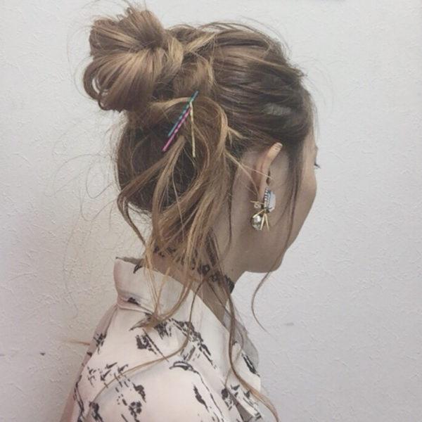 おだんごを作ったときに出たおくれ毛をカラーピンでとめてオシャレ見え。カラーピンは明るいカラーのヘアスタイルの人にもぴったりです。