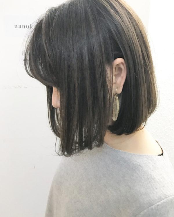 ベーシックなスタイルはそのままに、髪色を変えて楽しむというの◎。人気のアッシュグレージュの髪とチラリと覗くイヤリングが色っぽいですね。