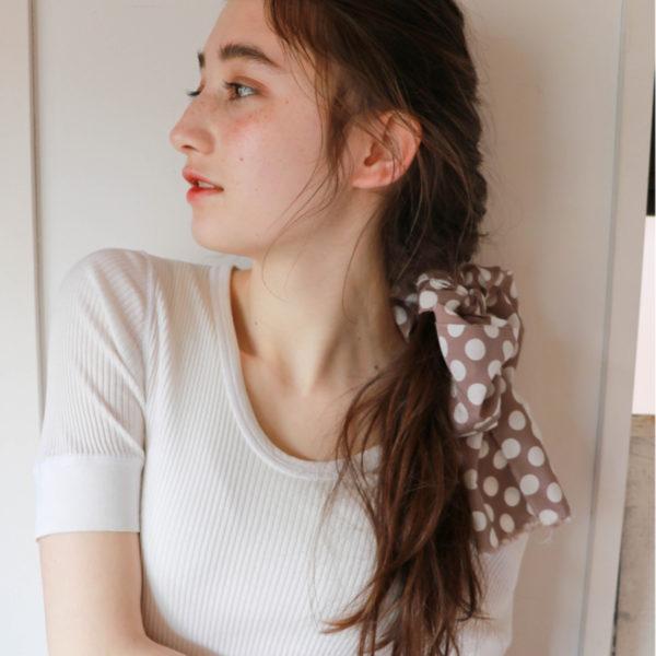 編みこみは首の中央部分で辞めていて、毛先はウェーブにした組み合わせは、嫌みのないかわいさが魅力です。