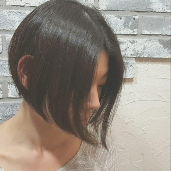 自然な流れを出した前下がりショートボブでクールな印象に。黒髪にすることで子供っぽくなりません。面長や丸顔でも似合いますよ。