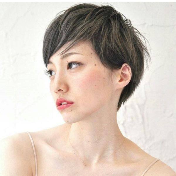 グレージュカラーのショートヘアならフェミニンで女性らしい印象に。ワックスで束感を出すのがポイント。