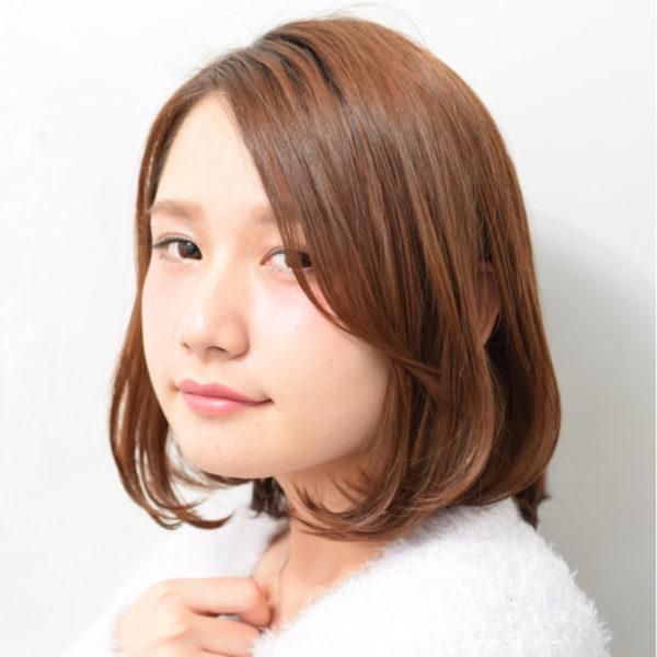 長めの前髪と毛先のカールが大人可愛いボブヘア!透明感のある明るめなカラーで柔らかさを出しましょう♪