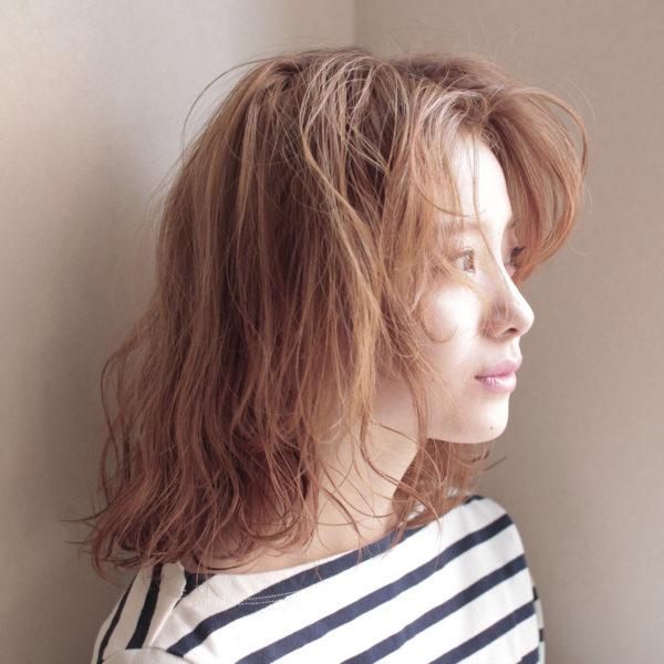 明るめカラーのボブスタイルで抜け感のあるヘアスタイル♪フワッと仕上げた前髪が印象的。