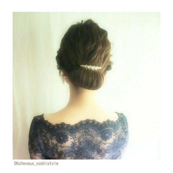 クルンと可愛らしくまとめられた定番のシニヨンヘア。きれいさが際立つ大人可愛いヘア♡
