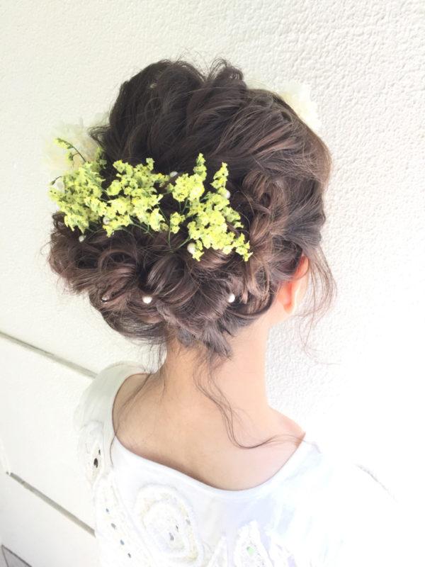 小ぶりなグリーン系の花を後ろにラインを作るように飾るとナチュラルで優しさあふれるスタイルになります。