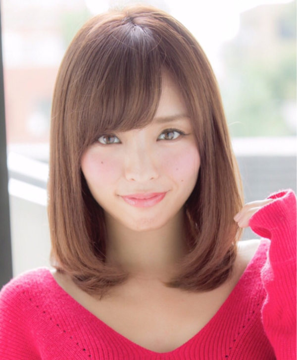 サイドを長めに残し斜めにバングをいれて小顔効果が嬉しいヘアスタイルです。